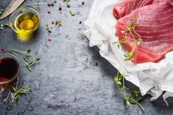 Thunfisch- Steaks in Papier mit Kochzutaten