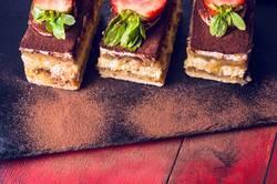 Drei Tiramisu Kuchen mit Erdbeeren und Schokolade