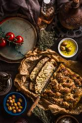 Focaccia Brot mit Messer und Olivenöl