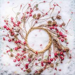 Weihnachtskranz mit roten Beeren auf Schnee