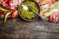 Grünes Pesto und Fleischplatte mit Brot und Antipasti
