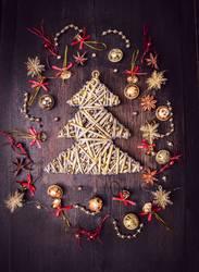 Goldener Weihnachtsbaum und Glockechen Dekorations