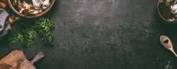 Rustikaler Küchentisch Hintergrund mit Holzbrett und Kochlöffel