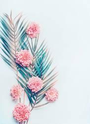Kreatives Layout mit tropischen Palmblättern und Blüten