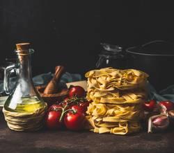 Italienische Pasta mit Tomaten, Olivenöl und Knoblauch
