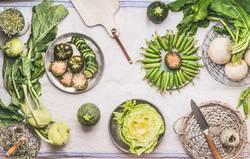 Grünes saisonale Gemüse auf Küchentisch