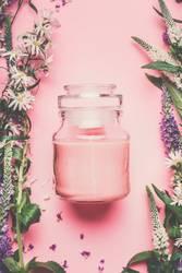 Kosmetikcreme mit Blumen und Kräutern
