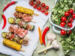 Fleischspieße für Grill mit Gemüse, Maisohren