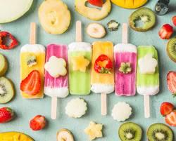 Eis am Stiel mit bunte Obst und Früchte Scheiben