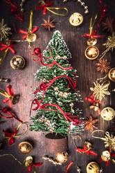 Weihnachtskarte mit Tannebaum , gold und rot Weihnachtsschmuck