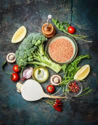Frisches Gemüse und Zutaten mit roten Linsen für gesundes Kochen