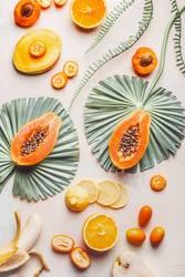 Exotische Früchte mit tropischen Blättern