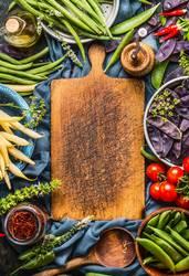 Verschiedene bunte Erbsen und Bohnen Schoten mit Kochzutaten