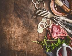 Rohe Lamm und Grill- oder BBQ-Sauce