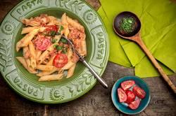 Penne Pasta mit Thunfischsauce und Tomaten.