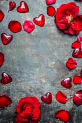 Hintergrund mit rot Rosen Blütenblätter und Herzen