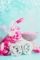 Handtücher mit rosa Blumen. Spa und Wellness