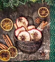 Winter Trockenfrüchte und Gewürzen in Korbchen
