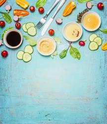 Besteck und Zutaten für Salat