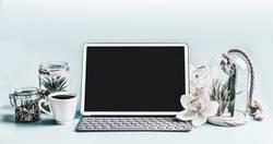 Laptop-Computer mit leeren Bildschirm auf Schreibtisch