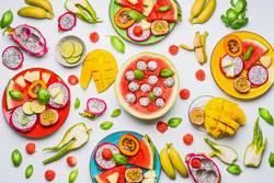 Verschiedene tropische Früchte und Obst als Bowls