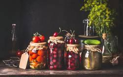 Konservierte und fermentierte Lebensmittel in Gläsern