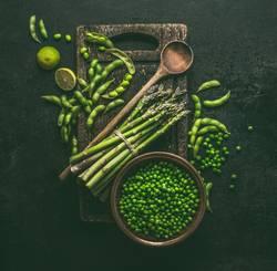 Grüne Kochzutaten: Spargel, Sojabohnen, Erbsen