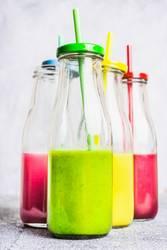 Smoothie in Flaschen mit Strohhalmen