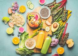 Gesunde Smoothie-Zutaten und Mixer