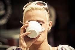 junge Frau trinkt einen Kaffee