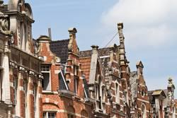 alte Dachfirste in Löwen, Belgien