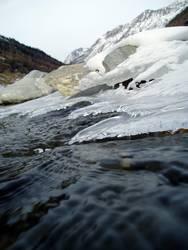 Gebirgsbach im Winter