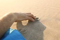 Hand im Sand