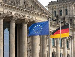 Deutschlandflagge und EU-Flagge vor dem Reichstag in Berlin