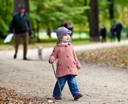 Kind geht im Park spazieren