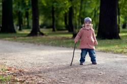 Kind mit Spazierstock