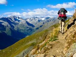 Wanderer mit Rucksack im Gebirge