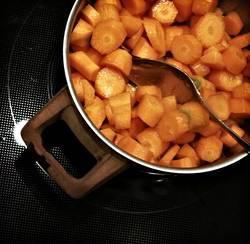 zetts Möhre in Stücke geschnitten und die Vitamine ausgekocht