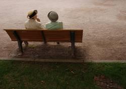zwei Damen auf einer Bank