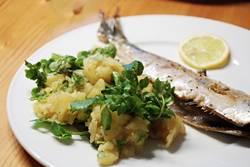 frischer Brathering ohne Marinade an Kartoffelsalat