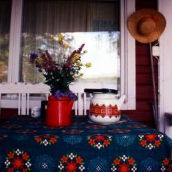 Stillleben mit Blumen, Tee und Hut