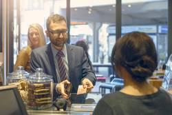 Männlicher Kunde, der eine Zahlung in einem Geschäft leistet