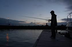 Angeln am späten Abend am Shannon River in Irland