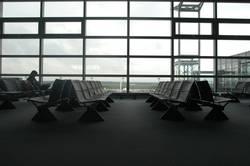 Leere Sitze in der Wartehalle am Frankfurter Flughafen