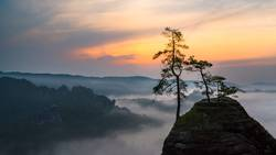 nebeliger Sonnenaufgang im Elbsandsteingebirge
