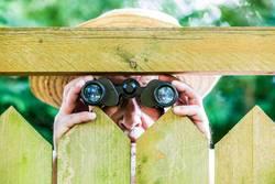 ein neugieriger Nachbar mit einem Fernglas
