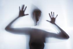der Schatten einer Frau symbolisiert Angst und Depression