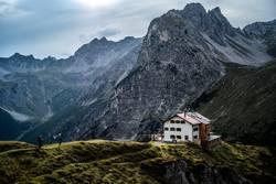 Wanderer erreichen die Steinseehütte