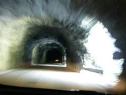 durch den Tunnel, dann rechts