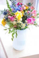 Strauss mit Wildblumen in weisser Vase